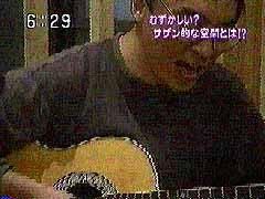 ギターの弾き語りでサザンのバラードをうたう平野勝巳さん