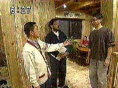 家に入りレポーターに平野さんを紹介